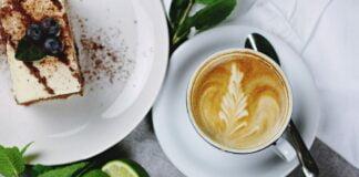 Cafe con postre y plantas